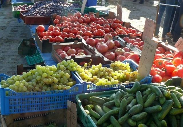 Mak i orzechy na święta – zobacz ceny na targowiskach w RzeszowieSpadła cena cukinii, za którą zapłacimy w czwartek 5 – 6,40 zł/kg. Tańsze są też ogórki (4 – 4,50 zł/kg) i pomidorki koktajlowe (15 – 16 zł/kg). Wzrosła za to cena normalnych importowanych pomidorów (6 – 7,20 zł/kg)