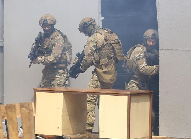 Członkowie brygady antyterrorystycznej wyposażeni w karabinki Grot podczas ćwiczeń.