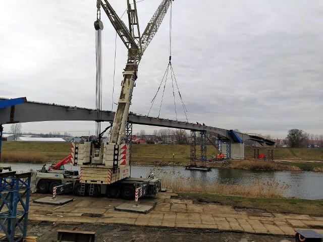 Budowa kładki nad Kanałem Ulgi w Opolu. Zamontowano ostatni element, który połączy elementy konstrukcji po obu brzegach.