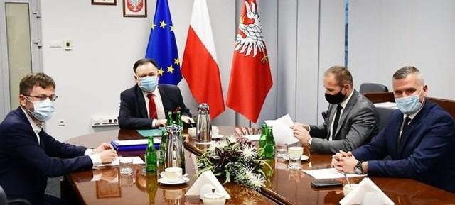 Władze Mazowsza podpisały z burmistrzem Szydłowca akt notarialny w sprawie przejęcia biblioteki.