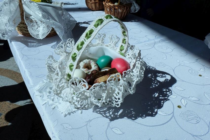 W koszyczku można znaleźć jajka, chleb, sól, mięso, a nawet...
