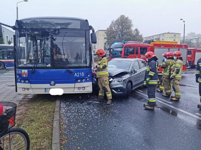 Zderzenie autobusu i auta osobowego na skrzyżowaniu ulic Szubińskiej i Schulza w Bydgoszczy
