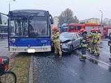 Wypadek na bydgoskim Błoniu. Zderzenie autobusu komunikacji miejskiej z samochodem osobowym [zdjęcia]