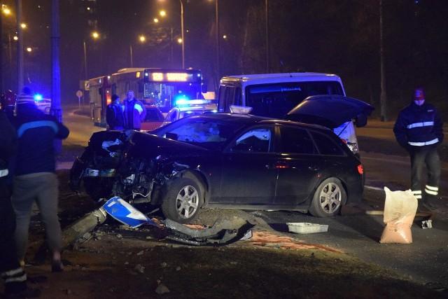 W poniedziałek wieczorem na Al. Konstytucji 3 Maja zderzyły się dwa osobowe samochody. Cztery osoby zostały przewiezione do szpitala.Ze wstępnych ustaleń policji wynika, że peugeot zajechał drogę audi. Doszło do zderzenia, a drugi z pojazdów uderzył jeszcze w przydrożny słup. Za kierownicą aut siedzieli młodzi kierowcy: peugeota prowadził 26-latek, audi - 24-latek. Obaj byli trzeźwi. Cztery osoby podróżujące audi zostały przewiezione na badania do szpitala. Na szczęście nie odniosły poważnych obrażeń.