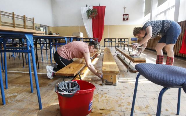 Usuwanie szkód w szkole w Manasterzu
