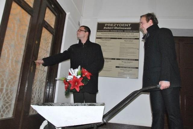 Prezent wręczyli Rafał Matyjasek (z lewej) i Tobiasz Czechowski