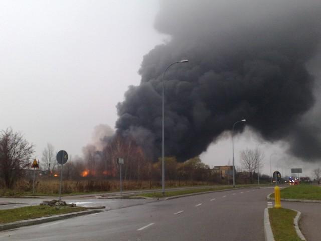 Białystok. Katastrofa pociągów na wiadukcie! Płoną kolejowe cysterny.