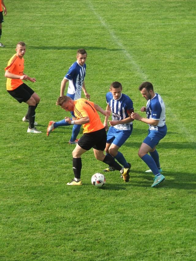 Piast (pomarańczowe koszulki) po serii słabych meczów pewnie ograł Błękitnych