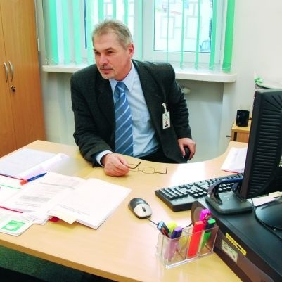 Jarosław Malinowski, kierownik biura ARiMR w Białymstoku, nie chciał odpowiadać na nasze pytania o czystość na biurkach. Wolał wyjść ze swego gabinetu.