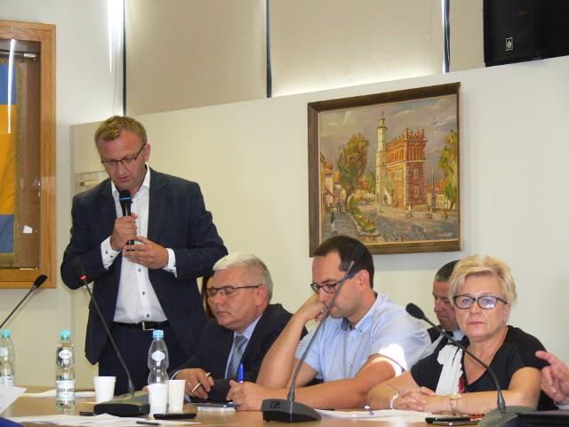 O potrzebie podjęcia uchwały przez radnych powiatu mówił sandomierski starosta Marcin Piwnik. - To co się mówiło, że czwartym organem prowadzącym muzeum ma być minister kultury to się dzieje - mówił starosta Piwnik.