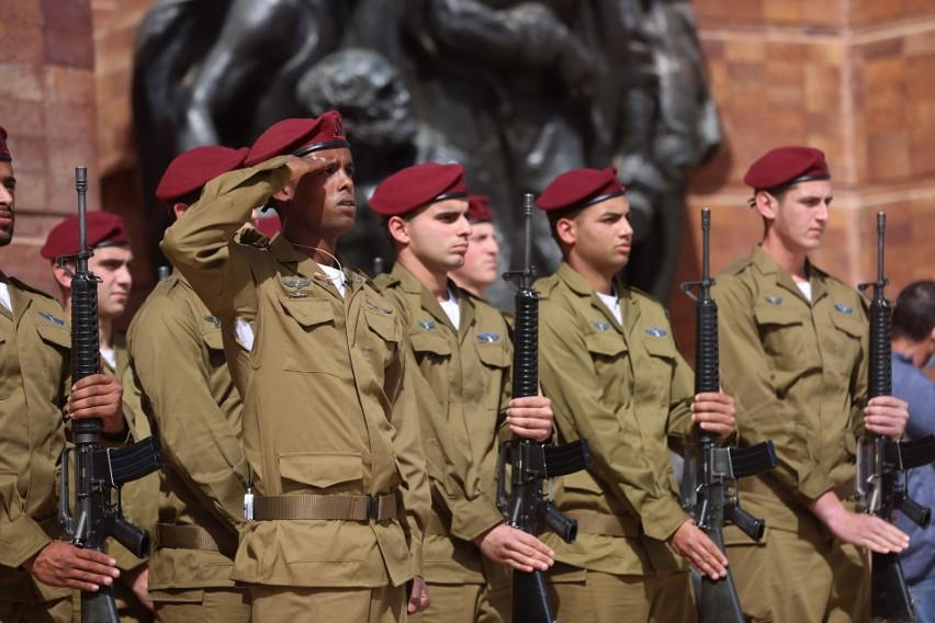 Dzień Pamięci Holokaustu. Obywatele Izraela zatrzymali się...