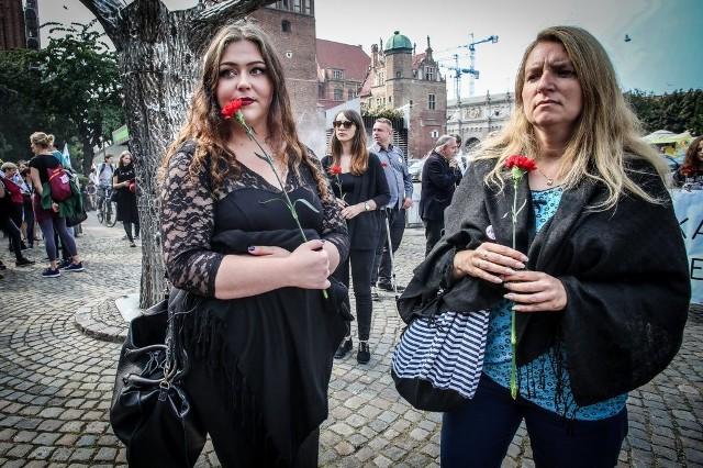 We wrześniu przeciwnicy zaostrzenia prawa aborcyjnego pikietowali m.in. w Gdańsku. Większość uczestników, którzy mieli na sobie czarne ubrania, niosła goździki rozdawane przez organizatorów