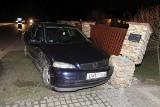 Groźny wypadek pod Wrocławiem. Audi dachując uderzyło w drugi samochód i ogrodzenie (ZDJĘCIA)