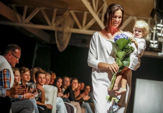 """Sopot Summer Fashion Days 2017. Piątkowe prezentacje kolekcji, w tym pokaz ubrań przygotowanych przez Michała Starosta w ramach projektu """"Matki i Córki"""""""