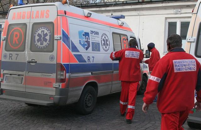 Wściekły ojciec 2-letniej dziewczynki z Zabrza, która miała atak drgawek, pobił do nieprzytomności ratownika medycznego, który próbował jej udzielić pomocy. Dziecko uratowane, ratownik w ciężkim stanie w szpitalu.