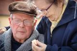 Seniorzy łykają leki garściami. Skutki bywają fatalne