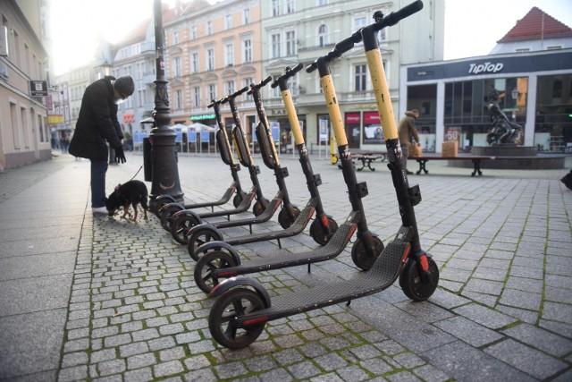 Toruń wprowadzi opłaty za usuwanie hulajnóg, które dziś bardzo często nie są zaparkowane tak jak na zdjęciu