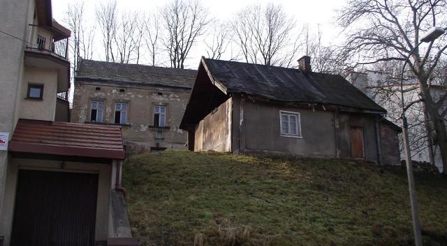 Chatka z ul. Królowej Jadwigi 64, na zdjęciu z 2009 roku. Już nie istnieje, została wyburzona około roku 2012. Dziś stoi tam nowy dom.