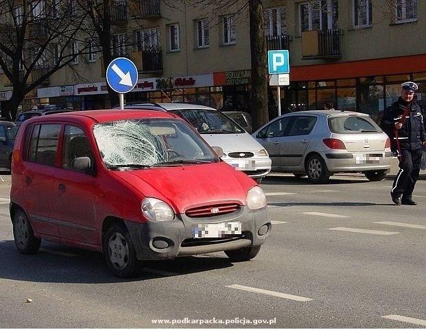 Potrącenie na przejściu dla pieszych w RzeszowiePolicjanci pracują na miejscu potrącenia pieszej na przejściu na ulicy Dąbrowskiego w Rzeszowie. Potrąconą kobiete w ciezkim stanie przewieziono do szpitala.