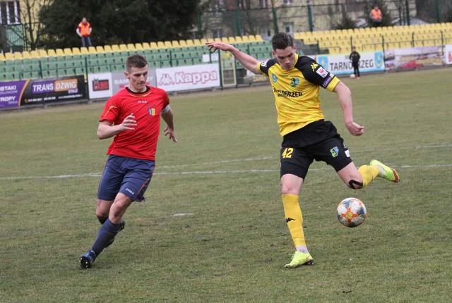 Arkadiusz Gajewski (z prawej) zdołał zagrać w barwach Siarki Tarnobrzeg w jednym meczu. Rywalem była Jutrzenka Giebułtów