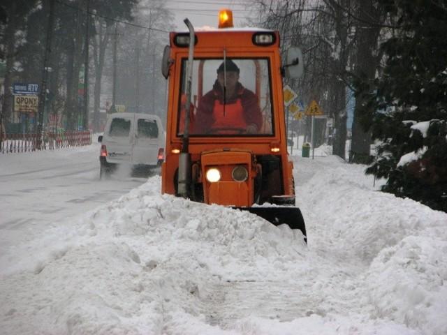 Odgarnąć śniegu z chodnika łopatą już się nie da. Potrzebny jest sprzęt zmechanizowany.