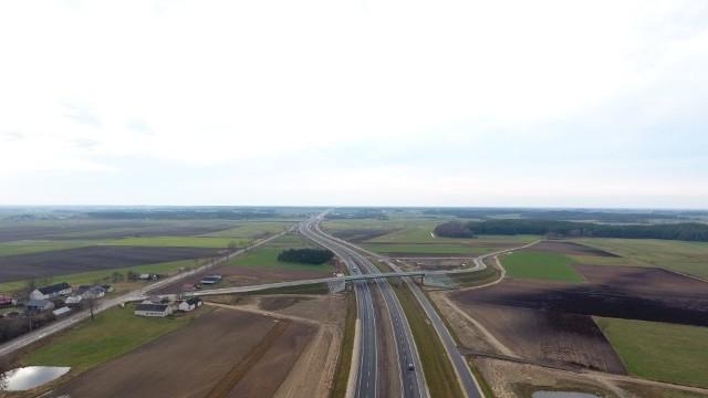 Podlaskie fragmenty S8 zostały już udostępnione kierowcom, ale nadal obowiązuje tu ograniczenie prędkości do 100 km/h. Trwają bowiem prace wykończeniowe. Na Mazowieckich odcinkach od Wyszkowa do Ostrowi Mazowieckiej trwają prace budowlane. Ich zaawansowanie to 70-80 proc.