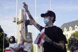 Szacun dla Białorusinów! Poznaniacy wspierają ich w walce o wolność i demokrację. Pikieta poparcia na placu Mickiewicza. Zobacz zdjęcia