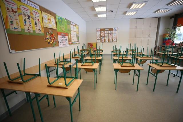 Na powrót do szkół czekają zarówno dzieci, jak i rodzice i nauczycieli. Ale obecne dane dotyczące liczby zachorowań na koronawirusa i zgonów nie pozostawiają wątpliwości, że wirus nie odpuszcza. Dlatego też powrót dzieci do szkół stoi pod znakiem zapytania. Na razie żłobki, przedszkola i szkoły zamknięte są do 18 kwietnia 2021.