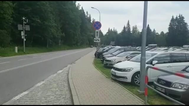 Parking na Łysej Polanie w ostatnie weekend był wypełniony po brzegi. Teraz mogą tam wjechać jedynie ci, którzy zakupili wcześniej bilety przez internet