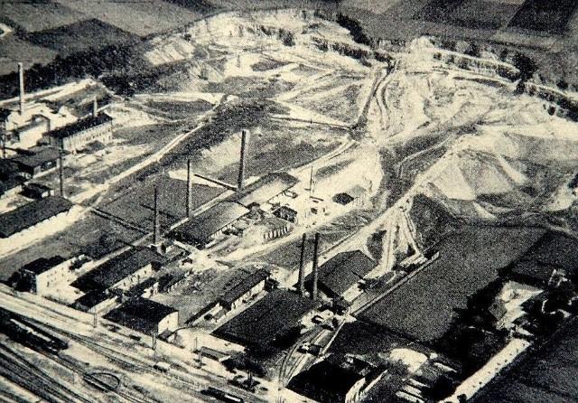 W strzeleckich kamieniołomach pozyskiwano kamień wapienny. W czasach PRL-u więźniowie stanowili sporą część pracowników.