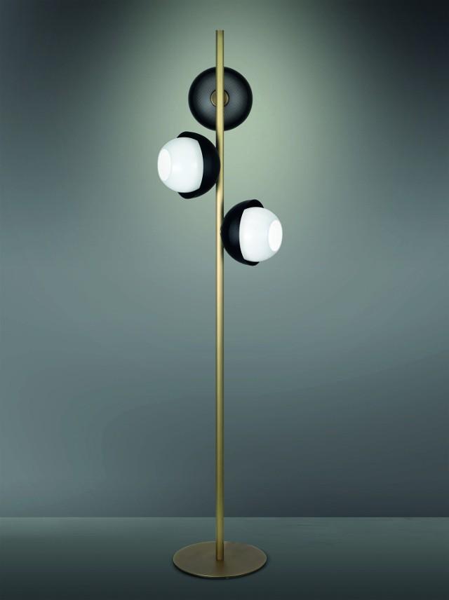 Lampa z kolekcji UrbanLampa ma nowoczesny, lekko industrialny, ale jednocześnie elegancki charakter. Na minimalistycznej, mosiężnej konstrukcji umieszczone są okrągłe lampy. Osłonięte są one dyfuzorem z dmuchanego szkła. Dzięki temu dają rozproszone światło, ktore jest subtelne i dodaje wnętrzu intymności.