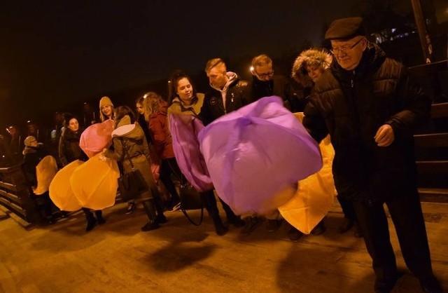 Także w tym roku z mostku w inowrocławskim Parku Solankowym wypuścimy lampiony miłości