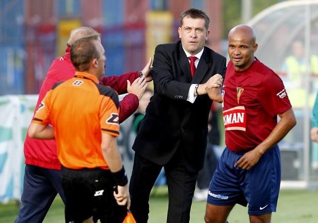 Kilka sezonów temu Edi Andradina (z prawej) grał pod wodzą Marcina Sasala (w środku). Dziś Brazylijczyk jest w sztabie szkoleniowym Pogoni, która zagra z Dolcanem Ząbki prowadzonym przez Sasala.