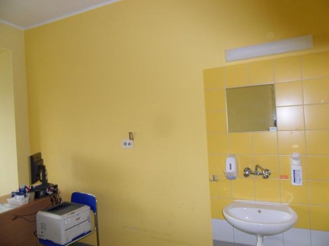 """W tym pomieszczeniu zmarła pacjentka. Według władz szpitala """"sala jest przygotowana do przyjęcia pacjentów"""". Kilkanaście dni po śmierci był tam ustawiony nieużywany sprzęt biurowy."""