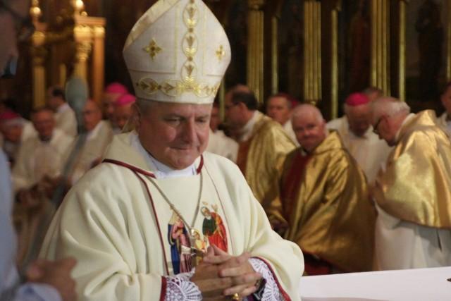 Biskup Edward Janiak ma opuścić diecezję kaliską do czasu wyjaśnienia sprawy zarzucanych mu zaniedbań. Dotyczą m.in. tuszowania pedofilii w Kościele.