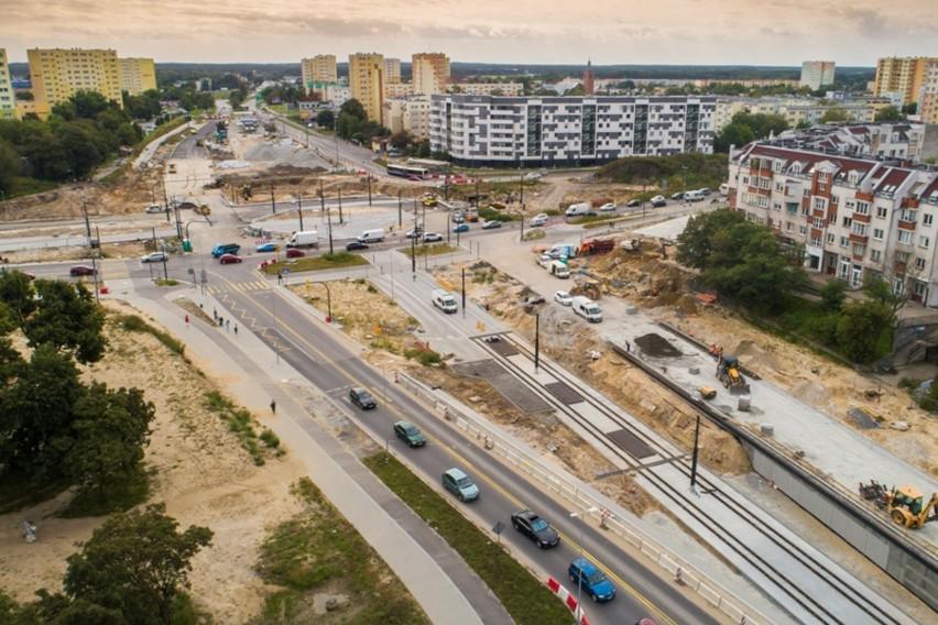 Z 12 na 13 października (poniedziałek/wtorek) wprowadzone zostaną duże zmiany w organizacji ruchu w obrębie budowanego torowiska na ul. Kujawskiej (uwaga - pierwsze prace przy wprowadzaniu zmian w organizacji ruchu wykonawca rozpocznie już w poniedziałek popołudniu). W tym tygodniu zaplanowano też próbne przejazdy tramwajów, warto więc patrzeć na znaki i dobrze się rozglądać. Szczegóły i mapy na dalszych stronach. Przesuń zdjęcie gestem lub naciśnij strzałkę w prawo.