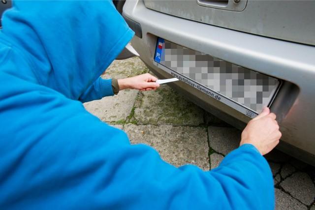 10 kwietnia około godziny 17.30 w Cieślinie w gminie Gorzkowice doszło do kolizji drogowej dwóch samochodów osobowych. Sprawca kierujący samochodem rover odjechał z miejsca zdarzenia gubiąc na ulicy tablicę rejestracyjną. Po kilkunastu minutach ten sam mężczyzna wrócił na miejsce zdarzenia, tym razem pojazdem bmw.