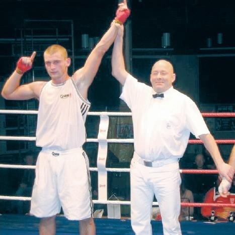 Dawid Deik (po lewej) tuż po werdykcie w Szwecji.