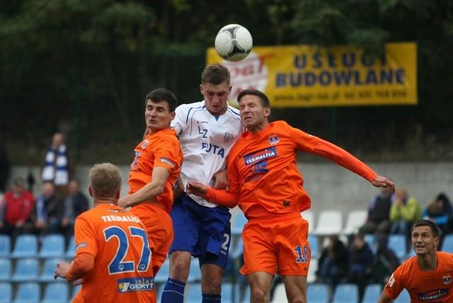 W jesiennym meczu w Świnoujściu padł wynik bezbramkowy. W pojedynku główkowym Sebastian Zalepa i Vojtech Schulmeister.