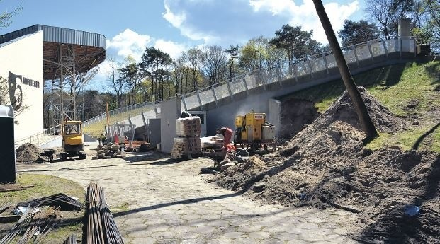 Prace przy zadaszeniu amfiteatru w Świnoujściu  już się rozpoczęły. Robota na budowie wre, choć nie na tyle, aby zdążyć na czas.
