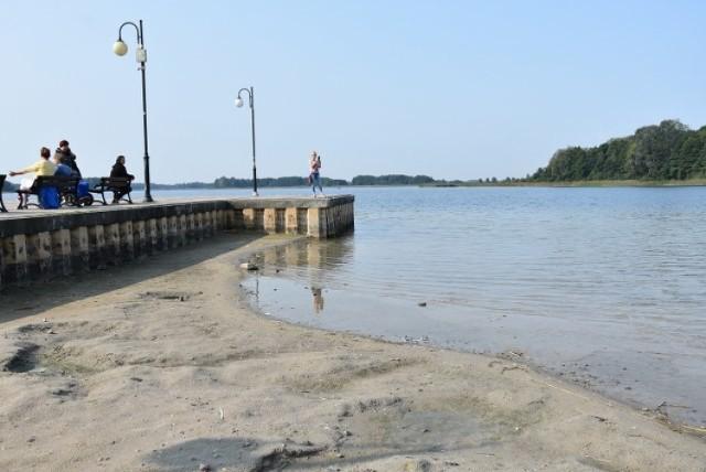 Molo, które kiedyś prowadziło w głąb jezioro, dziś kończy się coraz bliżej plaży. Zobacz więcej zdjęć ---->
