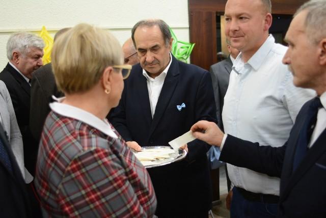 Zaproszonym gościom starosta opatowski Bogusław Włodarczyk osobiście wręczył opłatki.