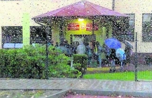 To zdjęcie zostało zrobione przez ojca dwójki uczniów z Roczyn wczoraj, ok. godz. 7.40. Dzieci, które do szkoły przyjdą przed godz. 7.45, muszą czekać na zewnątrz, nawet gdy pada lub jest bardzo zimno