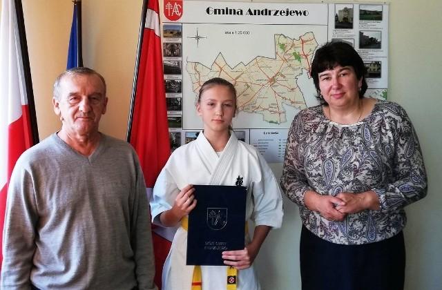 Wiktoria Pędzich otrzymała stypendium za osiągnięcia sportowe. Z prawej wójt Beata Ponichtera