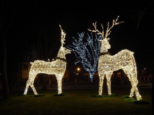 We wtorek wieczorem Ustka pokazała się w świątecznej szacie. 4 grudnia rozpoczyna się VII Uliczny Kiermasz Świąteczny.