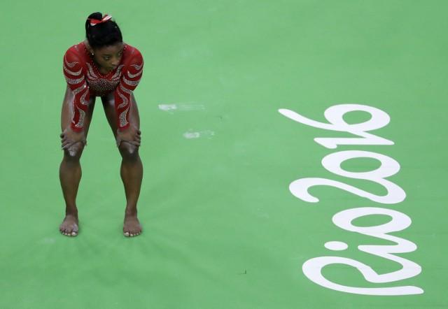 Amerykańska gimnastyczka Simone Biles czeka na swoją kolej podczas zawodów