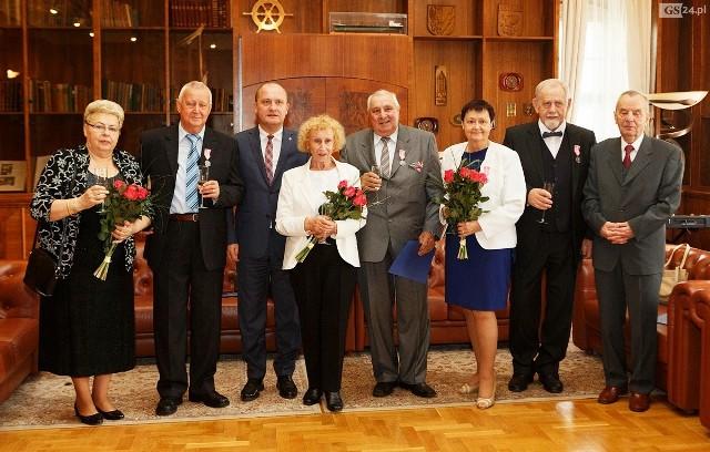 Medale wręczył jubilatom w Urzędzie Miasta prezydent Szczecina Piotr Krzystek.