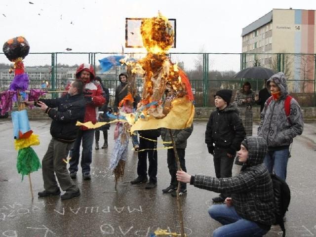 Młodzież spaliła Marzannę, do której przyczepione były karteczki ze stereotypami na temat niepełnosprawnych