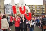 Młodzież świebodzińska zaśpiewała pod ratuszem w jednym chórze polski hymn narodowy [ZDJĘCIA, WIDEO]