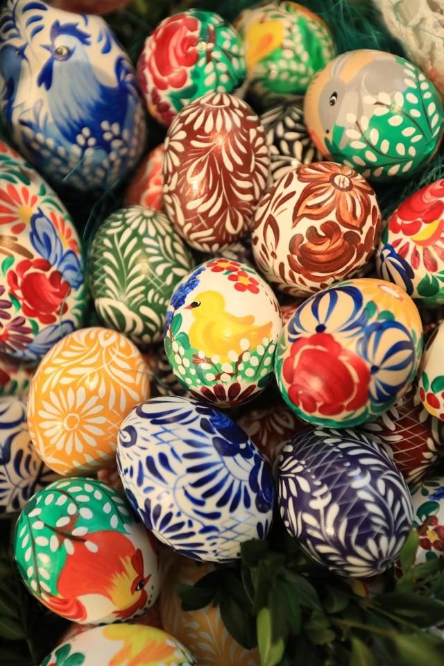 JAJKA. Jaja to najważniejszy symbol wielkanocny. To nimi, po powrocie, dzielimy się przy Wielkanocnym stole. To symbol płodności, odradzającego się życia i znak zwycięstwa Chrystusa nad śmiercią.